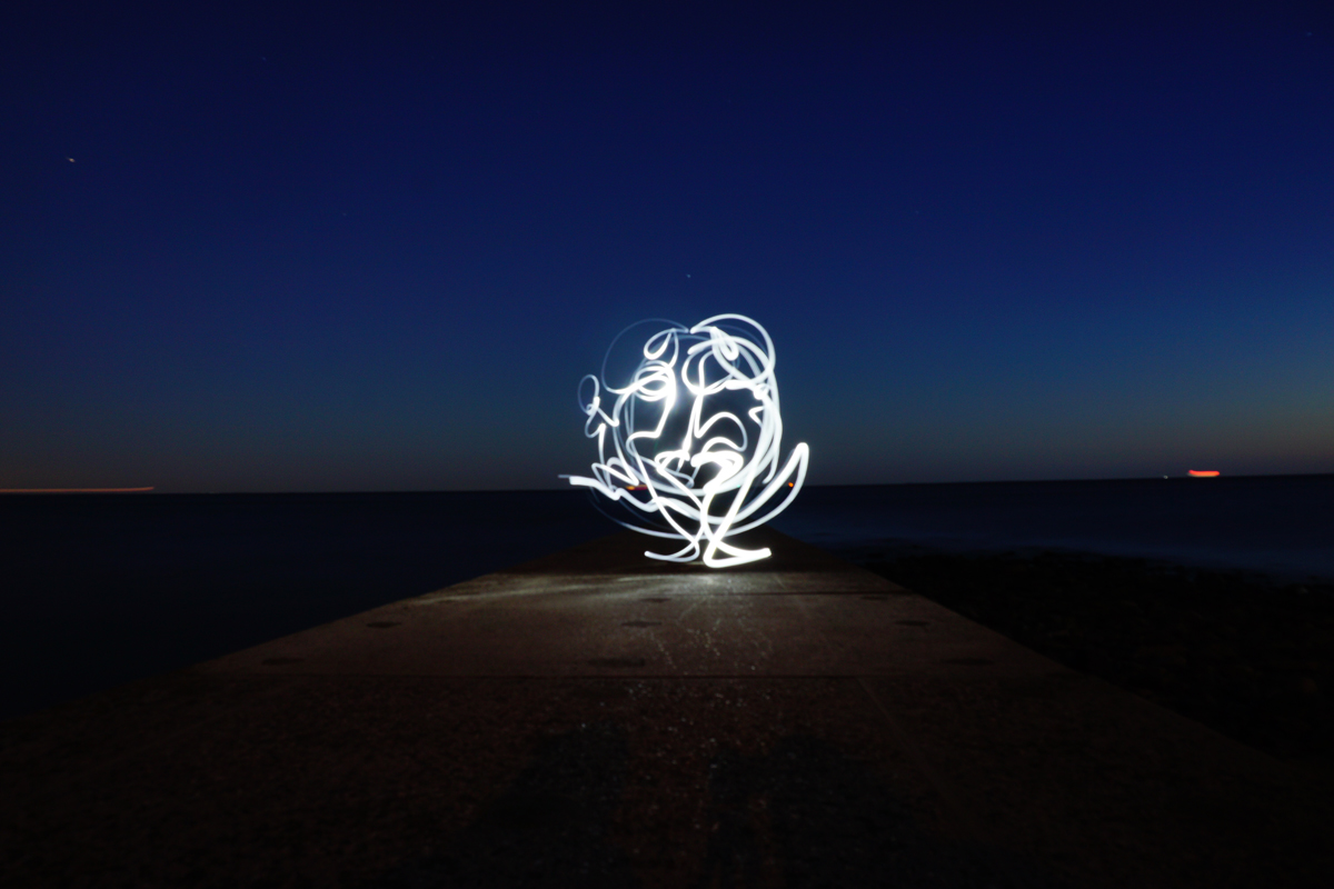 Lichtmalerei als Langzeitbelichtung in der Nacht