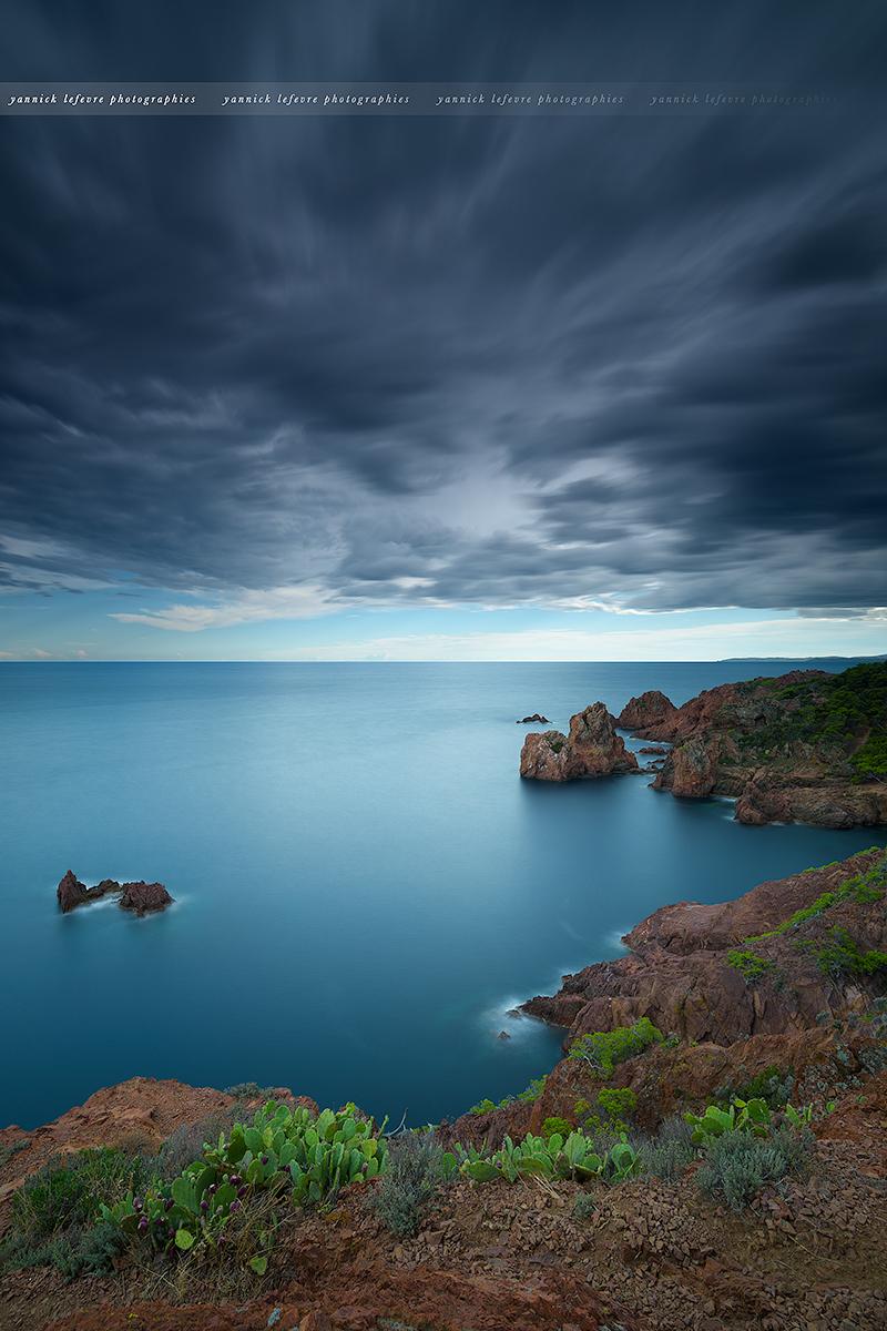 Temps orageux au Cap Dramont ( Sud-est de la France )