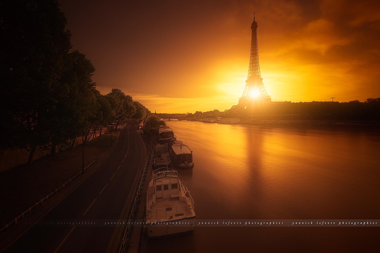 Levé de soleil derriere la Tour Eiffel depuis le Pont Bir-Hakeim à Paris